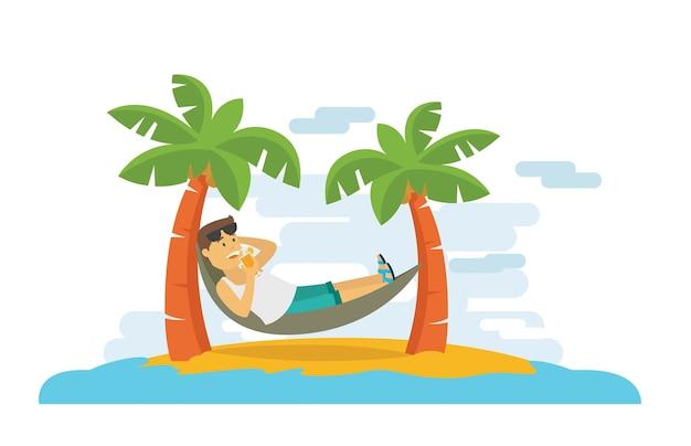 Парень, лежащий и отдыхающий на пляже в летнее время