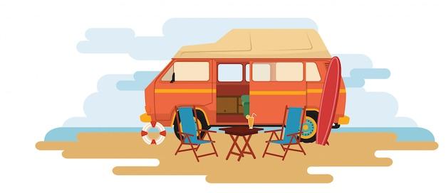 Кемпер ван караван сидит в парке со стулом