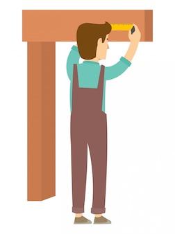 Плотник измеряет древесину, прежде чем разрезать ее