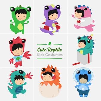 恐竜爬虫類衣装セットを身に着けているかわいい子供たち。