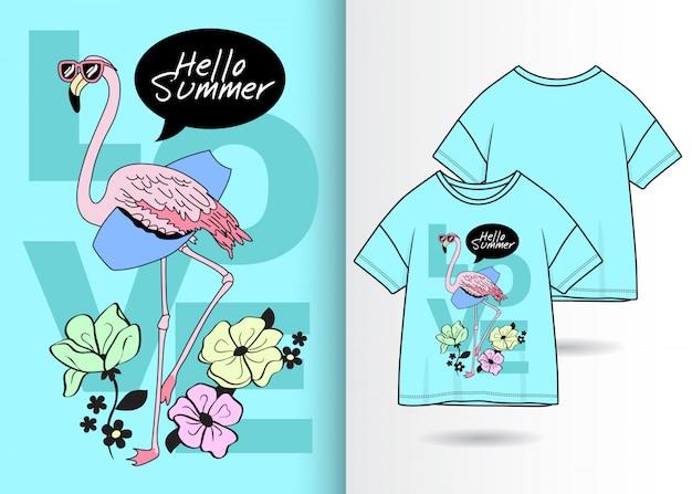Ручной обращается милый фламинго с футболкой
