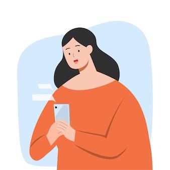 Счастливая женщина текстовых сообщений на смартфоне