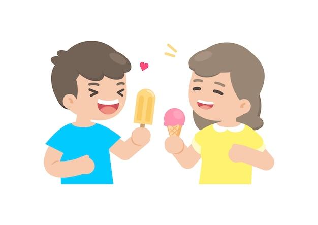 幸せな男の子と女の子がアイスクリームを食べる