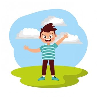 Счастливый мальчик улыбается, махнув рукой