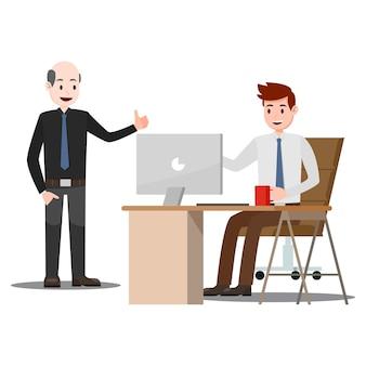 Работник, работающий на столе, получает комплимент