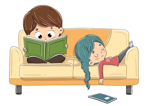 ソファで読書する子供たち