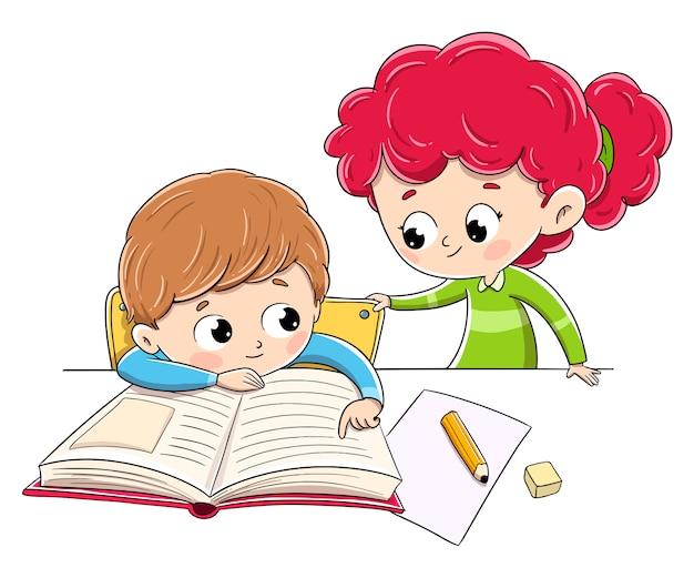 宿題をしている子供と彼の妹が彼を助けます。家族教育