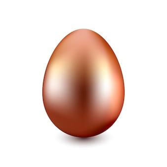 Медное пасхальное яйцо на белом фоне с легкой тенью
