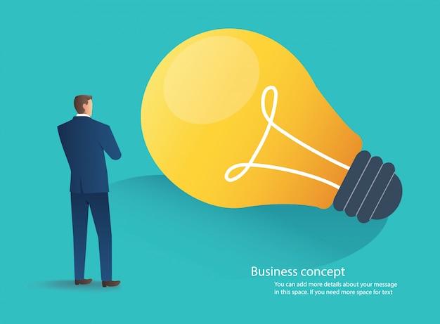 Бизнесмен, стоя с концепцией идея лампочку