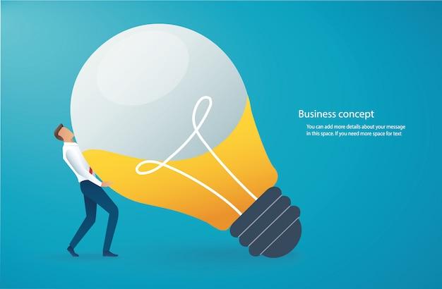 Бизнесмен, перевозящих лампочку.