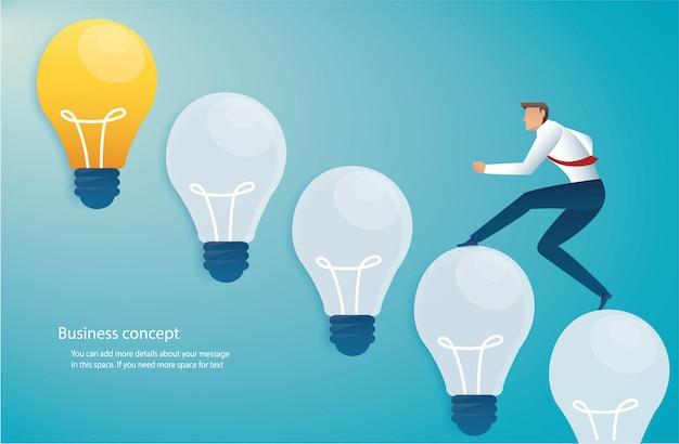 電球のアイデアコンセプトに実行中のビジネスマン