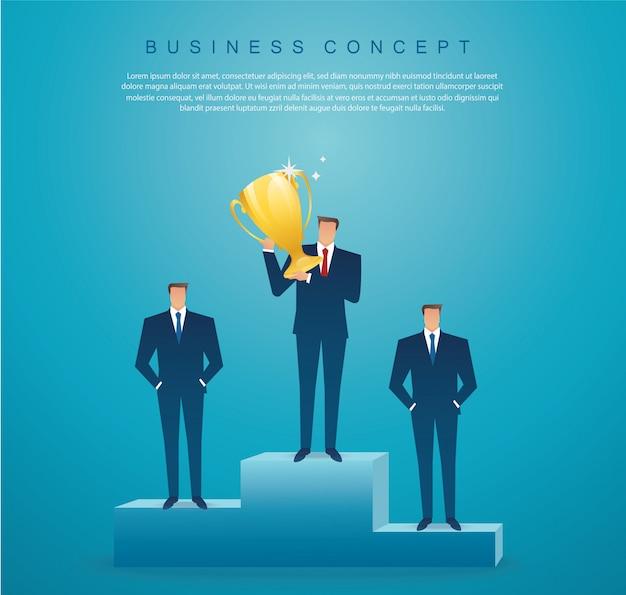 ビジネスマンは金のトロフィーの成功した勝者を保持します。