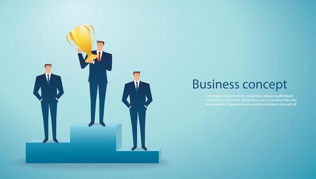 Бизнесмен держит золотой трофей успешного победителя