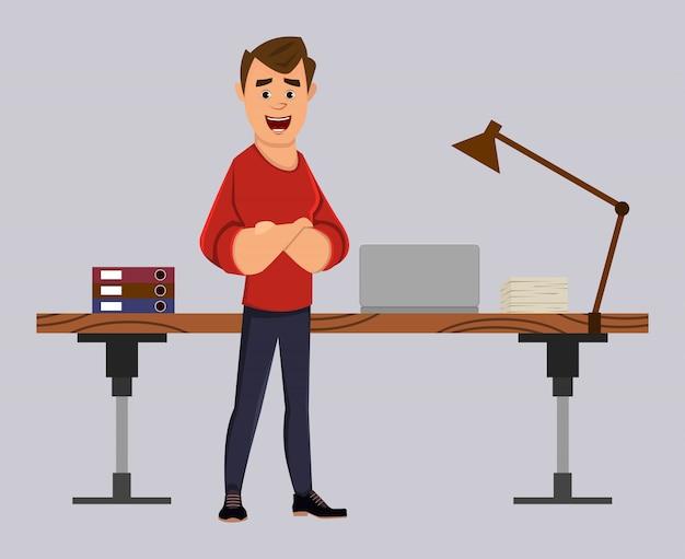 Менеджер или бизнесмен стоят возле своего стола или на рабочем месте