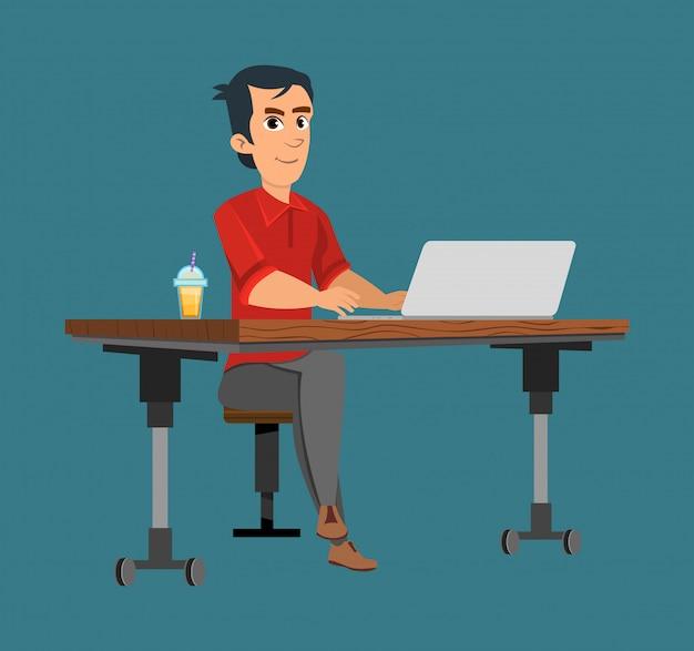 Офисный работник работает в компьютере