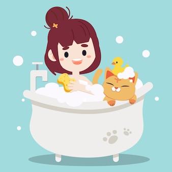 猫と一緒にお風呂に入っている女性。