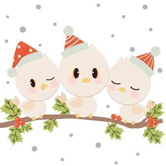 かわいい鳥のキャラクターは、赤い帽子をかぶって白い雪の枝に立ちます。