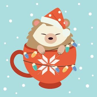 大きな赤いカップに座っているかわいいハリネズミのキャラクター。