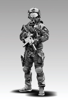 Вооруженные полицейские военные готовятся к стрельбе из автоматической винтовки.