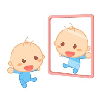 Счастливый новорожденный ребенок улыбается перед зеркалом.