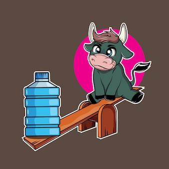 Милая корова играет с бутылками воды