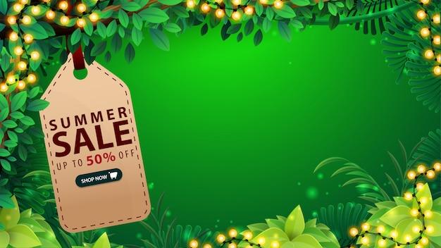 Летняя распродажа, зеленый дисконтный баннер с рамкой из яркой гирлянды, ценник с предложением, кнопка, рамка из тропических джунглей и место для копирования