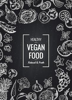 野菜や果物とテキストのための場所を持つベクトル黒板垂直背景。スケッチ落書き野菜と果物のオーガニック図面の図