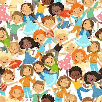 面白い幸せな子供たちのイラストとのシームレスなパターン。子供男の子と女の子、グループキャラクターの子供ベクトル