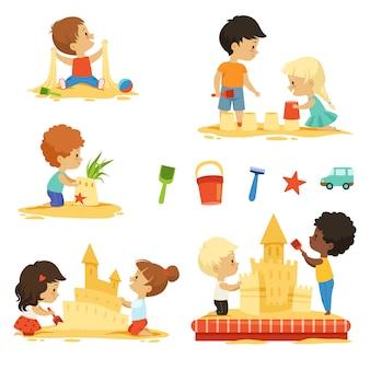 Активные дети играют в песочнице, счастливые персонажи изолируют
