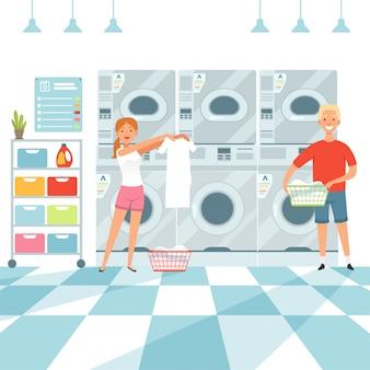 Женщина стирает белье в прачечной
