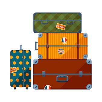 パイルスーツケース。さまざまなトラベルケースの大きなセット