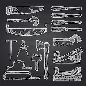 黒い黒板に手描きの木工