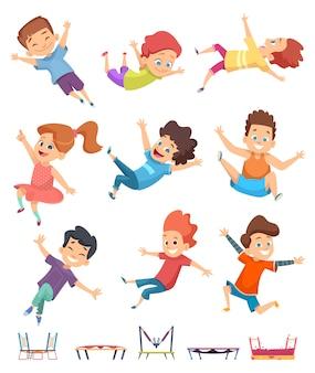 ジャンプする子供たち。遊び場のアクティブなゲームでトランポリンの子供の運動