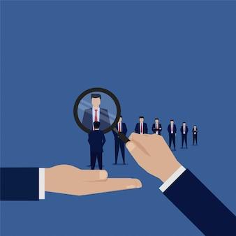 Рука держать увеличить поиск нового сотрудника.
