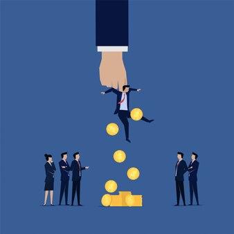 Бизнес-команда допрашивает коррумпированного бизнесмена и деньги падают с него