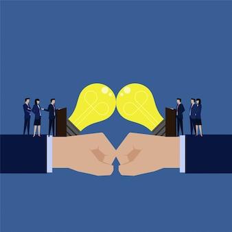 Две бизнес-команды обсуждают идею выбрать лучшую идею, чтобы получить