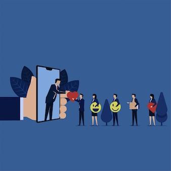 Бизнесмен дает любовь улыбка пальца онлайн-телефон с интернетом для рейтинга обзор обратной связи.