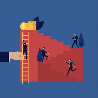 Бизнесмен трудиться, поднимаясь вверх по лестнице, в то время как другие легко восхождение с лестницей.