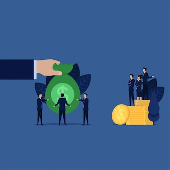 ビジネスマンは補償のために借金銀行にお金の袋を与えます。