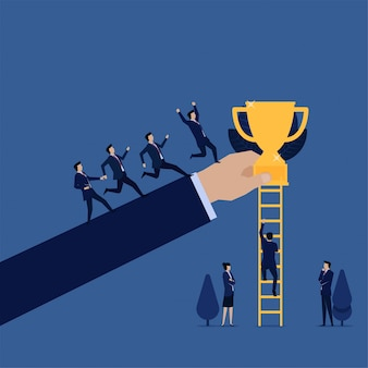 Бизнес-команда бежит к трофею, в то время как другая метафора подъема по лестнице легкого и трудного пути