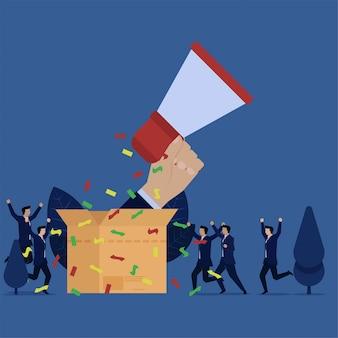 Бизнес счастливый рука держать динамик из коробки метафора больших продаж и продвижения по службе.