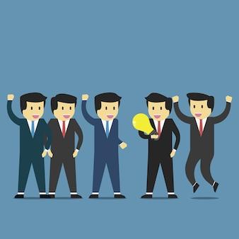 ビジネスマンはアイデアを得るし、チームによって受け入れられる達成を得る。