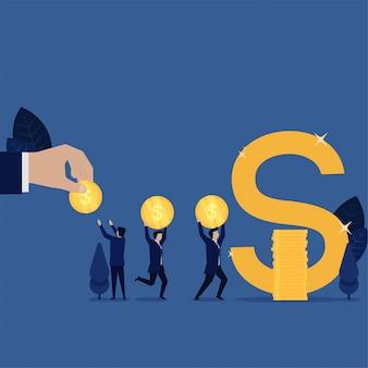 ビジネスチームはドル記号の節約の比喩を作るためにコインの山を作ります。