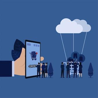 Бизнес-менеджер нажимает на мобильный телефон, в то время как другие помещают в магазин значки джинсовой одежды со скидкой, подключенные к облачной метафоре заказа онлайн.