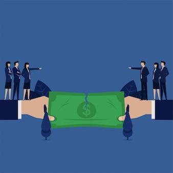 Бизнес-команда разрывает деньги разногласия сотрудничества из-за несправедливого распределения прибыли.