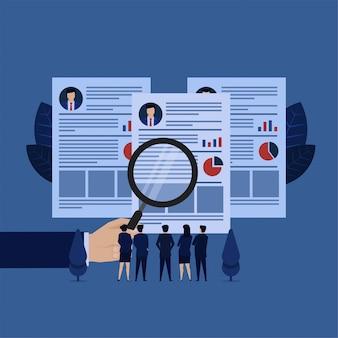 ビジネスハンドホールド履歴書マネージャーと採用のチームレビューメタファーを拡大します。
