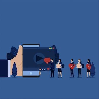 ビジネスチームは、動画の評価に親指と愛を与えます。