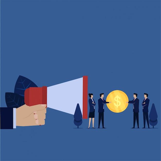 Бизнес рука держать мегафон и менеджер дают вознаграждение за реферальную метафору рассказать другу.