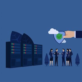 ビジネスチームは、データセンターの横にある安全な接続シールドを保持することについて話し合います。