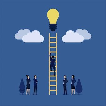 ビジネスマンははしごを雲に登るし、アイデア電球のメタファーに到達するアイデアを取得します。